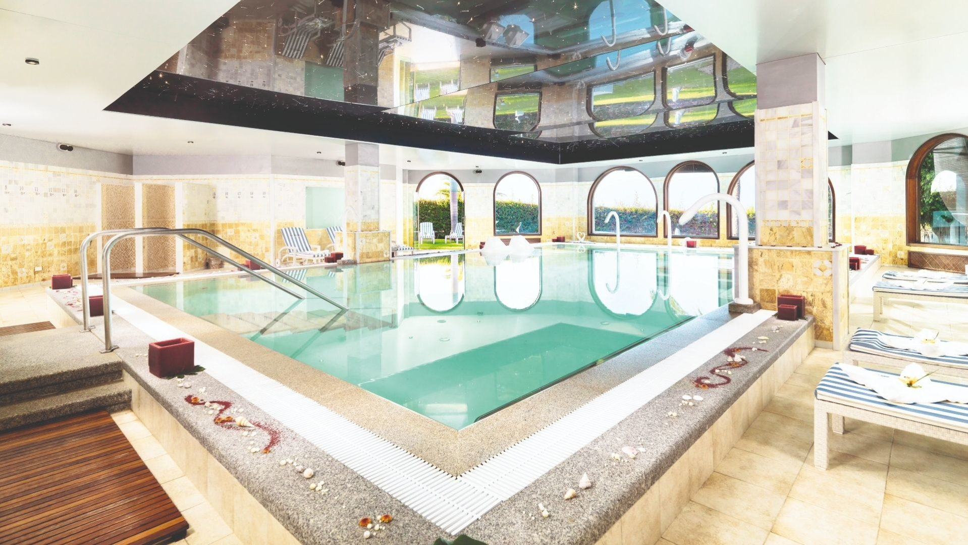 Indoor pool at the Thalasso spa